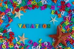 VACACIONES FELICES - palabra integrada por pequeñas letras coloreadas Recuerdo de las vacaciones de verano - estrella de mar del  Fotografía de archivo