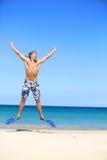 Vacaciones - hombre feliz de la playa que salta con bucear Imagen de archivo libre de regalías