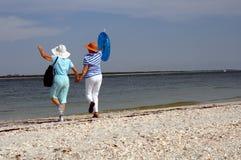 Vacaciones mayores de la playa de los amigos Fotografía de archivo libre de regalías