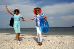 Vacaciones mayores de la playa de los amigos Imagen de archivo
