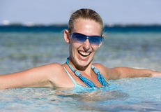Vacaciones - muchacha en un mar tropical Imagen de archivo