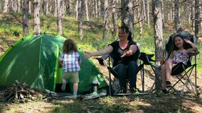 Vacaciones que acampan del verano de la familia almacen de video