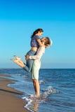 Vacaciones románticas de los amantes en una playa tropical honeymoon foto de archivo libre de regalías