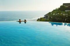 Vacaciones románticas para los pares en amor Gente en piscina del verano foto de archivo