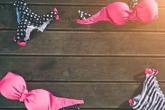 Vacaciones Ropa de playa y accesorios del ` s de las mujeres en fondo de madera Concepto de la ropa de la playa Fotos de archivo libres de regalías