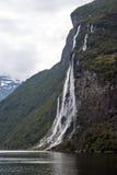 Vacaciones y viaje del turismo Montañas y cascada en el fiordo Nærøyfjord en Gudvangen, Noruega, Escandinavia Imágenes de archivo libres de regalías