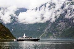 Vacaciones y viaje del turismo Pequeño yate con las montañas y fiordo Nærøyfjord en Gudvangen, Noruega, Escandinavia Imágenes de archivo libres de regalías