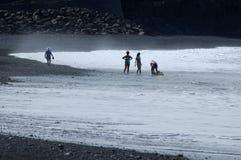 Vacances à la belle plage noire image stock