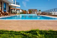 Vacances à la piscine d'hôtel Image stock