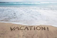 Vacances écrites en sable sur une plage Photo stock