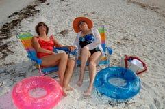 Vacances aînées de plage d'amis Images libres de droits