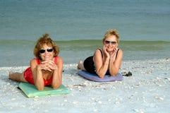 Vacances aînées de plage de femmes Photographie stock libre de droits