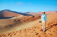 Vacances africaines de vacances, dunes de désert de Namib de voyages de touriste de femme et lanscape, Namibie, Afrique image libre de droits