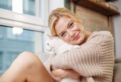 Vacances agréables de dépense de femme avec son chat Image stock