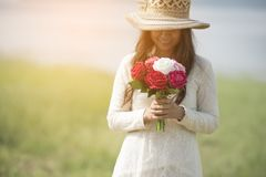 Vacances, amour et concept de fleurs - jeune bel usage de femme une robe blanche de dentelle Photos stock
