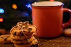 Vacances délicieuses de Noël avec le latte et les biscuits Photos stock