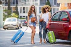 Vacances d'été à de belles femmes voyageant en voiture Images stock