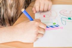 Vacances d'été d'écriture de main de fille dans le turc utilisant le stylo feutre coloré tout en se reposant à la table dans la s photographie stock