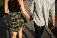 Vacances d'été, amour, relations et concept de datation Soeurs retenant des mains Photo libre de droits