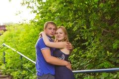 Vacances d'été, amour, romance et concept de personnes - jeune couple de sourire heureux étreignant dehors Photos libres de droits