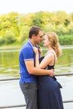 Vacances d'été, amour, romance et concept de personnes - jeune couple de sourire heureux étreignant dehors Photo stock