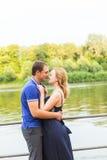 Vacances d'été, amour, romance et concept de personnes - jeune couple de sourire heureux étreignant dehors Image libre de droits