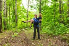 Vacances d'été, amour, romance et concept de personnes - jeune couple de sourire heureux étreignant dehors Image stock