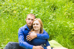 Vacances d'été, amour, romance et concept de personnes - jeune couple de sourire heureux étreignant dehors Photographie stock