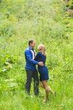Vacances d'été, amour, romance et concept de personnes - jeune couple de sourire heureux étreignant dehors Photographie stock libre de droits