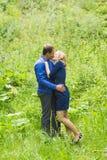 Vacances d'été, amour, romance et concept de personnes - jeune couple de sourire heureux étreignant dehors Photo libre de droits