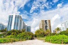 Vacances d'été, chemin arénacé idyllique de chemin de plage Photographie stock