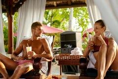 Vacances d'été de personnes Amis détendant dehors à la station thermale Image libre de droits