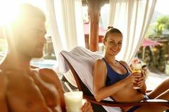 Vacances d'été de personnes Amis détendant dehors à la station thermale Images stock