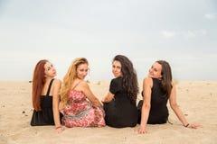 Vacances d'été et vacances - filles asseyant sur la plage Photos libres de droits
