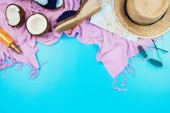 Vacances d'été flatlay avec le chapeau de paille, l'écharpe rose, les espadrilles, la noix de coco, les sécrétions cutanées et le Photo libre de droits