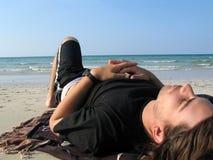 Vacances d'été - homme sur la plage Photographie stock libre de droits