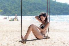 Vacances d'été Le bikini de maillot de bain de femmes de mode de vie détendant et appréciant l'oscillation sur la plage de sable, images stock