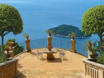 Vacances d'été sur un patio en vue de la mer photographie stock libre de droits
