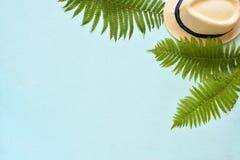 Vacances d'été, thème de station de vacances Chapeau blanc de seau avec sur le fond bleu avec les palmettes vertes Configuration  Images libres de droits