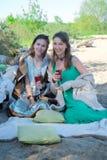 Vacances d'été, vacances et célébration - filles avec des verres Photos libres de droits