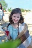 Vacances d'été, vacances et célébration - filles avec des verres Photos stock