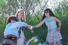 Vacances d'été, vacances et célébration - filles avec des verres de champagne Images libres de droits