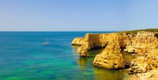 Vacances d'été, voyage Portugal, panorama de plage de Marinha, Algarve Photo libre de droits