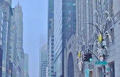 Vacances d'hiver dans des rues urbaines Fifth Avenue New York de ville de NYC Manhattan photographie stock