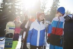 Vacances d'hiver pour des amis Photos libres de droits