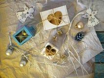 Vacances d'hiver saisonnières, décor de Noël, anges blancs, boules argentées, une lampe, cadeaux avec des coeurs, photo libre de droits