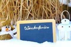 Vacances d'hiver, tableau noir, bonhomme de neige, lanterne Photo libre de droits