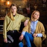Vacances dans le concept en bois Les filles sur les visages calmes apprécient l'atmosphère chaude tout en ayant des amis ou des s Photo stock