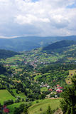Vacances dans un village sur un River Valley Images stock