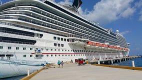 Vacances de bateau de croisière dans le paradis image libre de droits